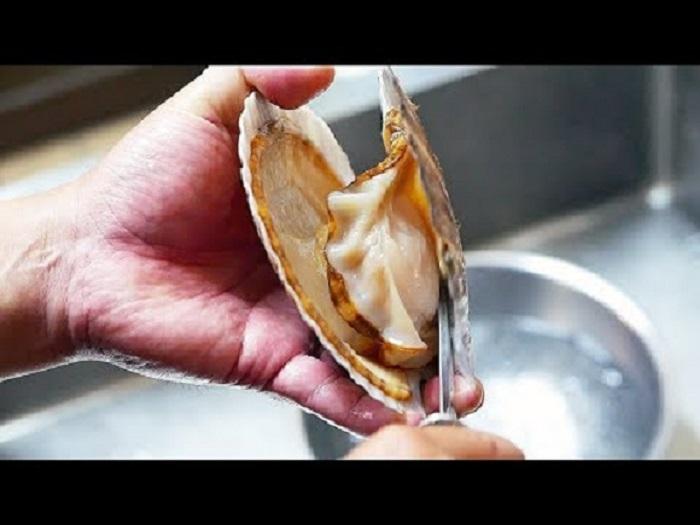 Bên trong lớp vỏ là thịt sò điệp.