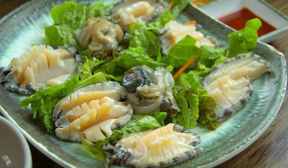 Thưởng thức sashimi bào ngư Hàn Quốc