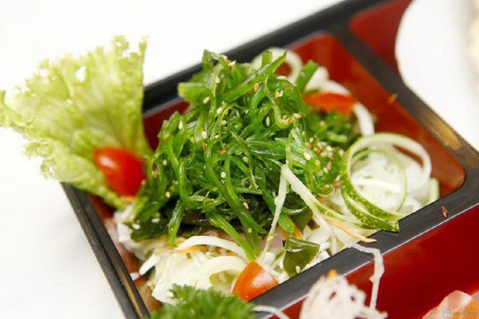 Rong biển tươi trộn mè Nhật Bảnlà món ăn phù hợp với mọi lứa tuổi