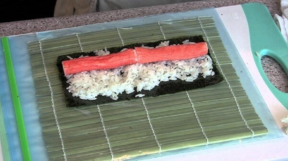 Nguyên liêu làm món sushi thanh cua rất đơn giản dễ làm.