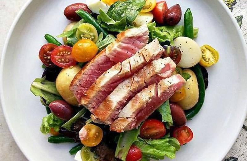 Cá ngừ đại dương áp chảo trộn rau củ món ngon giàu dinh dưỡng.