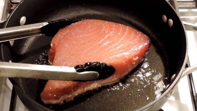 Cá ngừ đại dương áp chảo.