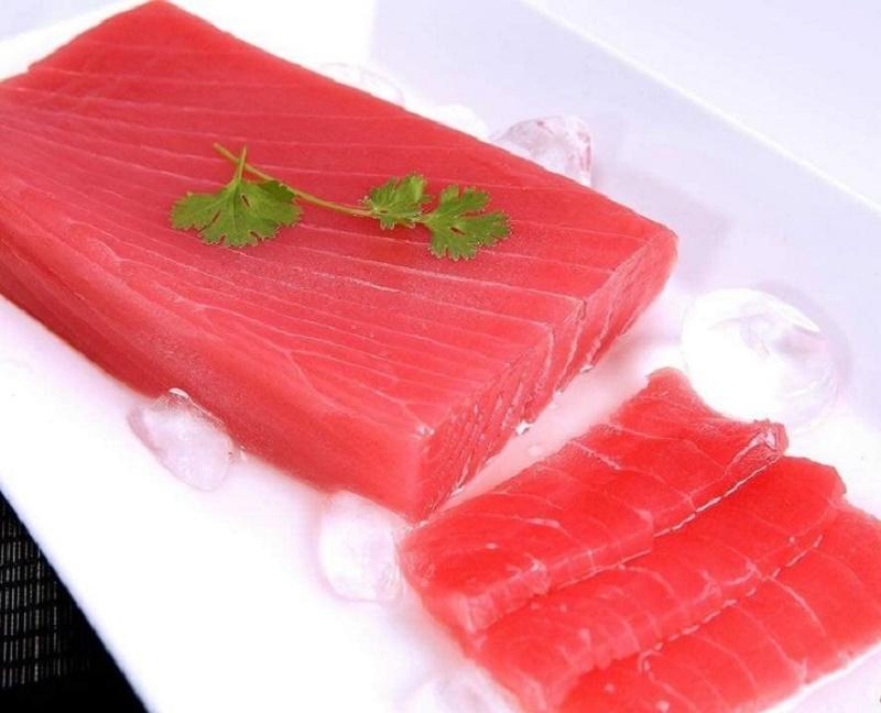 Cá ngừ đại dương cắt Saku đẹp mắt.