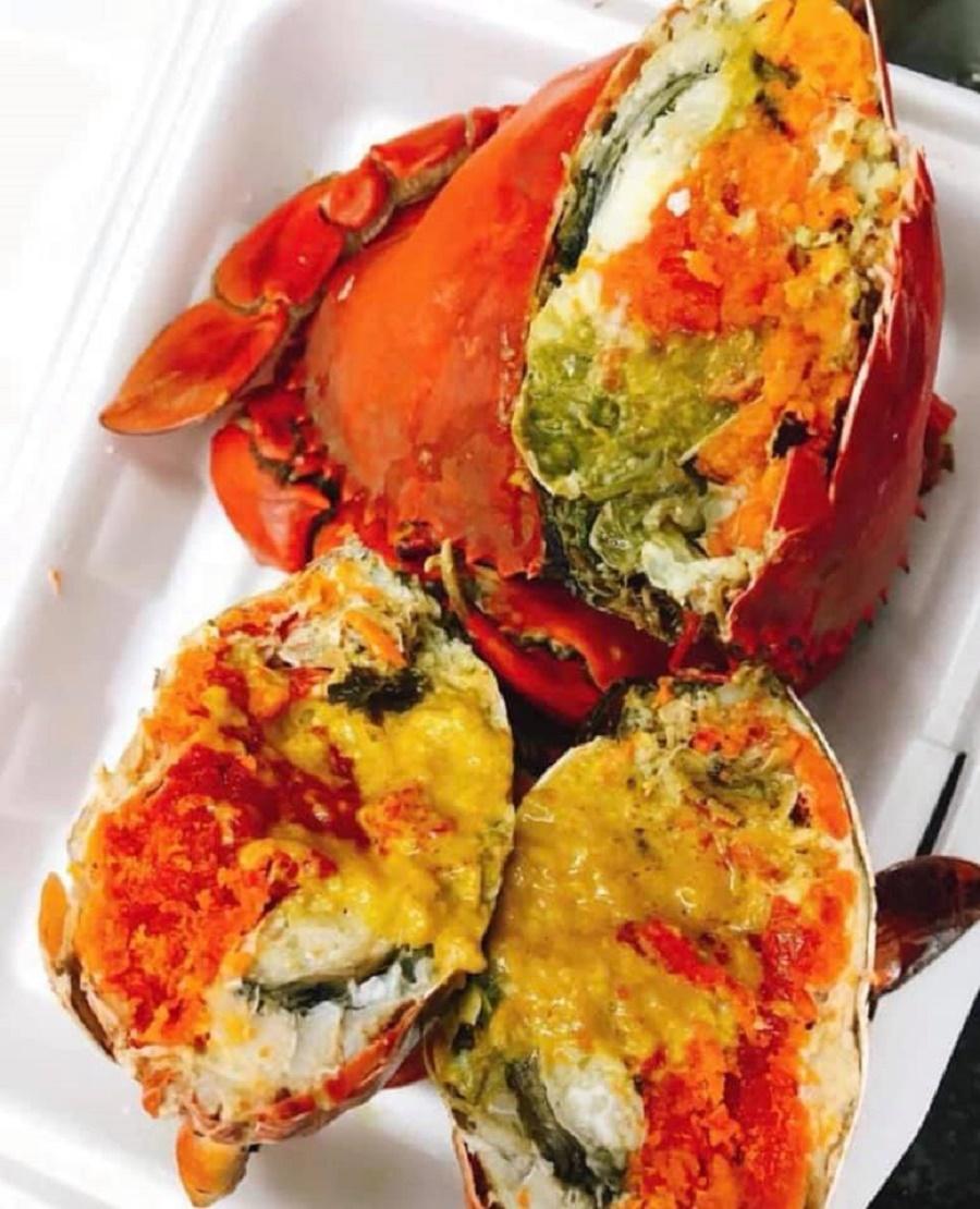 Cua gạch Cà Mau là một món ăn được ưa chuộng của tín đồ hải sản, cua nổi bật với phần gạch béo thơm ngon không tưởng