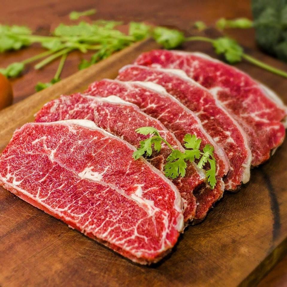 Phần thịt đỏ có nhiều vân mỡ xe kẻ nên thịt mền mại, ngọt thịt và béo nhẹ. Đặc biệt, phần thịt này có cuốn gân mền bên trong giúp các thớ thịt có độ giòn và rất ngọt thịt.